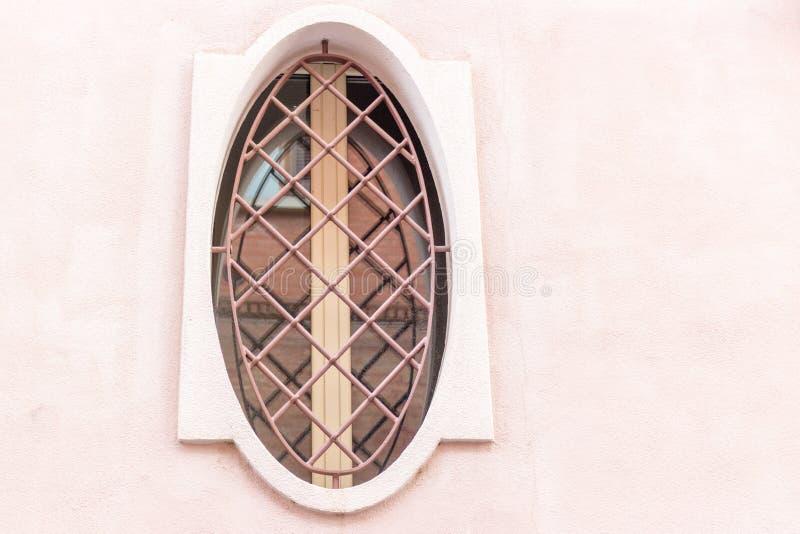 Ferro che gratta intorno alla finestra con la struttura di legno fotografie stock