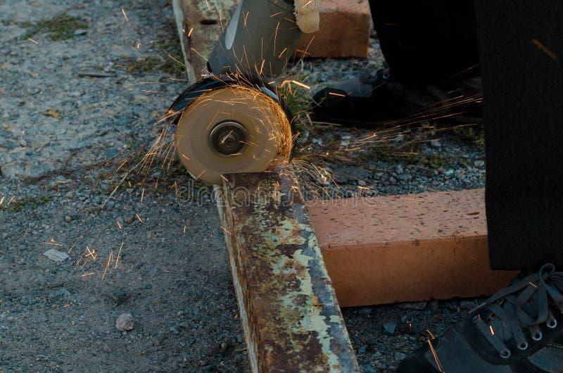 Ferro cortado pelo moedor foto de stock royalty free