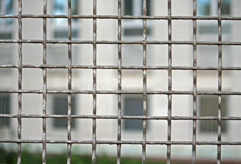 Ferro da grade para defender a prisão com prisioneiros imagens de stock royalty free