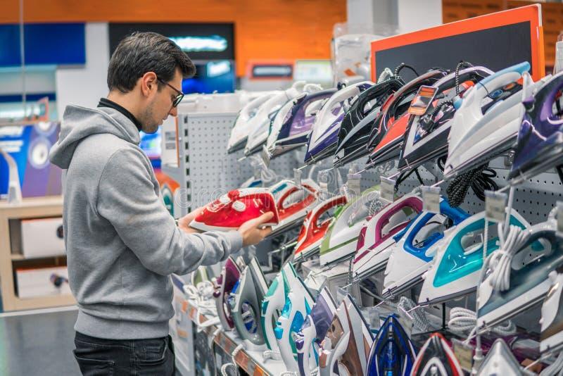 Ferro de compra da roupa do cliente esperto no hipermercado foto de stock