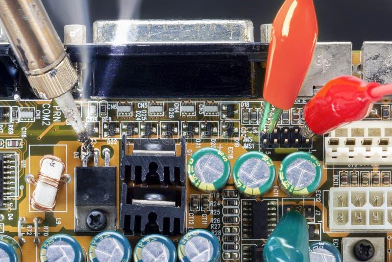 Ferro de solda e circuitos eletrônicos da verificação foto de stock royalty free