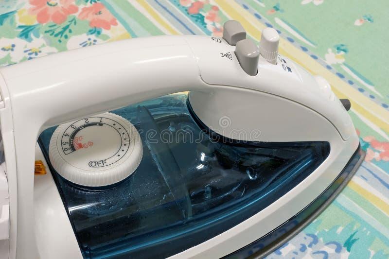 Download Ferro dei vestiti immagine stock. Immagine di liscio, lavanderia - 215533