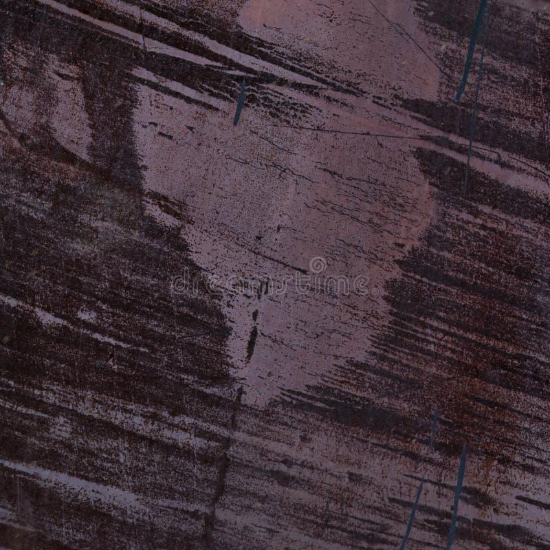 Ferro dipinto struttura Macchie, ruggine e graffi Fondo porpora fotografie stock libere da diritti
