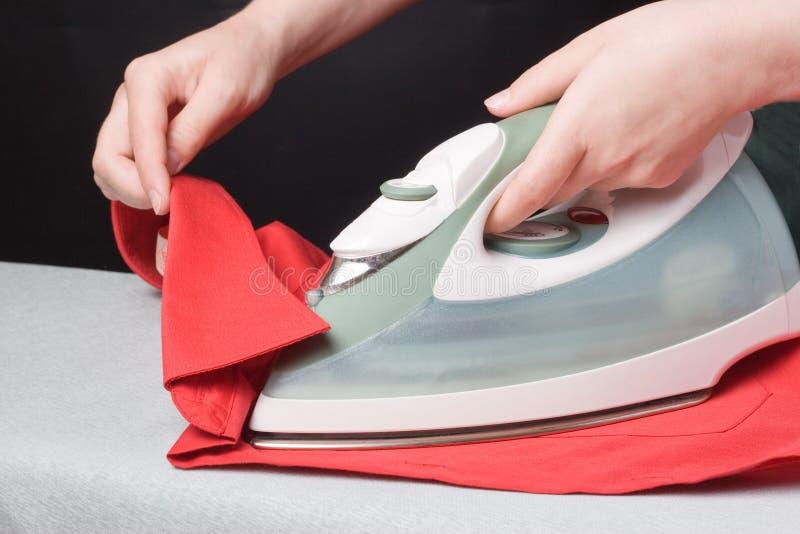 Ferro e camicia rossa fotografia stock