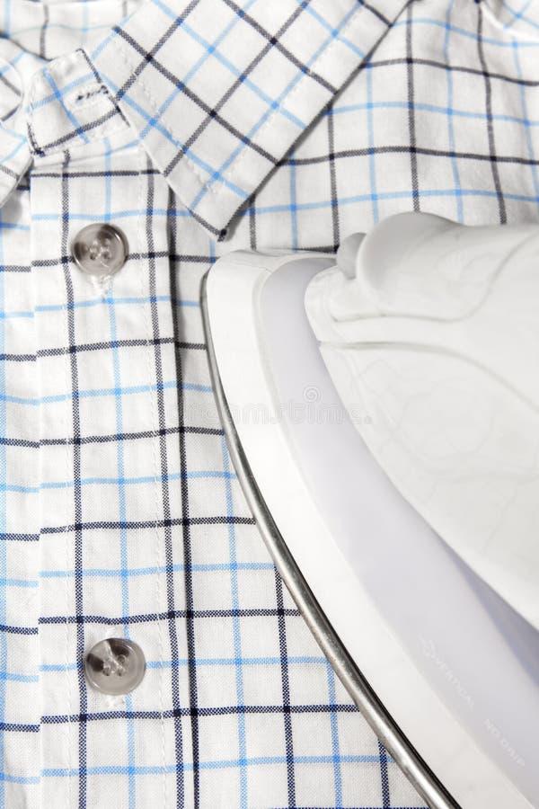 Ferro elétrico e camisa checkered fotos de stock royalty free