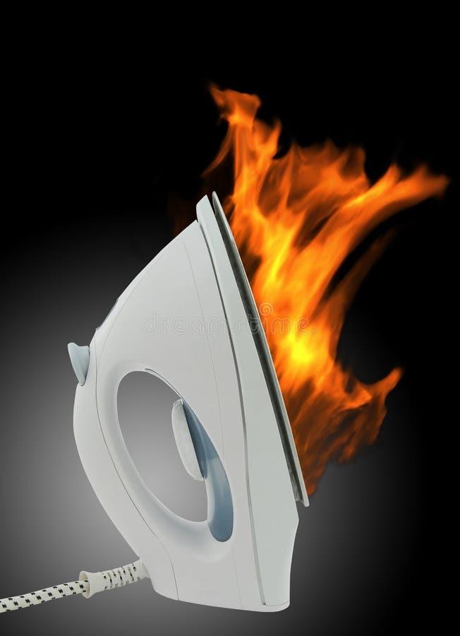 Ferro elétrico no incêndio foto de stock