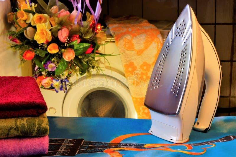 Ferro elétrico, tábua de passar a ferro e linho, máquina de lavar Passando com o plano caloroso da sola do ferro, a tela imagem de stock royalty free