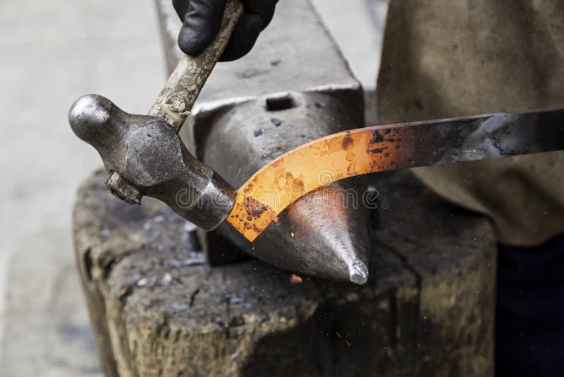 Ferro encarnado em uma forja foto de stock