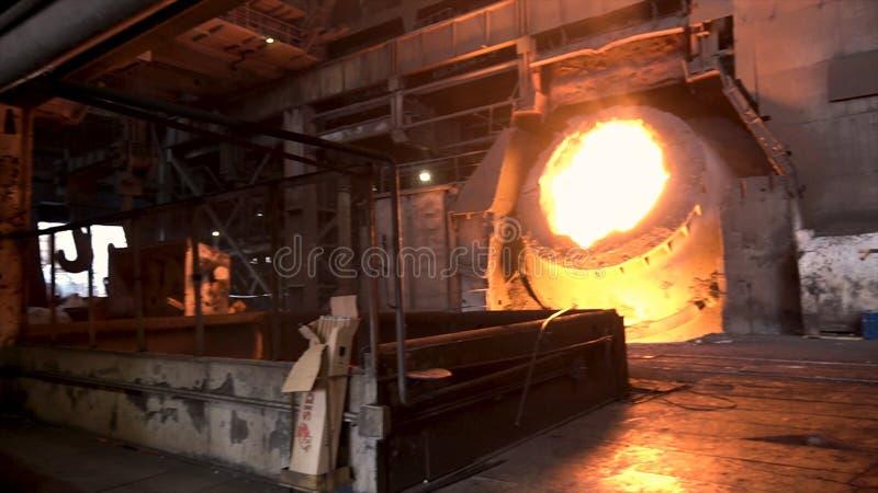 Ferro fuso in fornace coreless nella pianta metallurgica Metraggio di riserva Grande tino in pieno di acciaio fuso, industria pes immagini stock libere da diritti