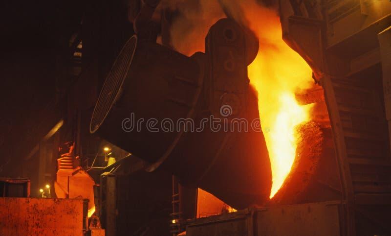 Ferro líquido de derramamento. fotografia de stock royalty free