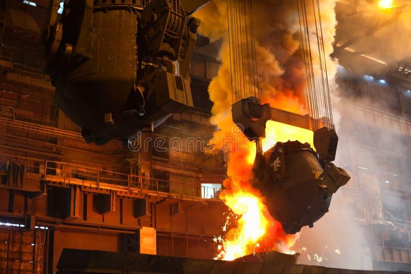 Ferro liquido dalla siviera fotografia stock libera da diritti