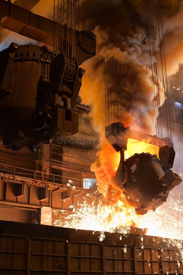 Ferro liquido dalla siviera immagini stock libere da diritti