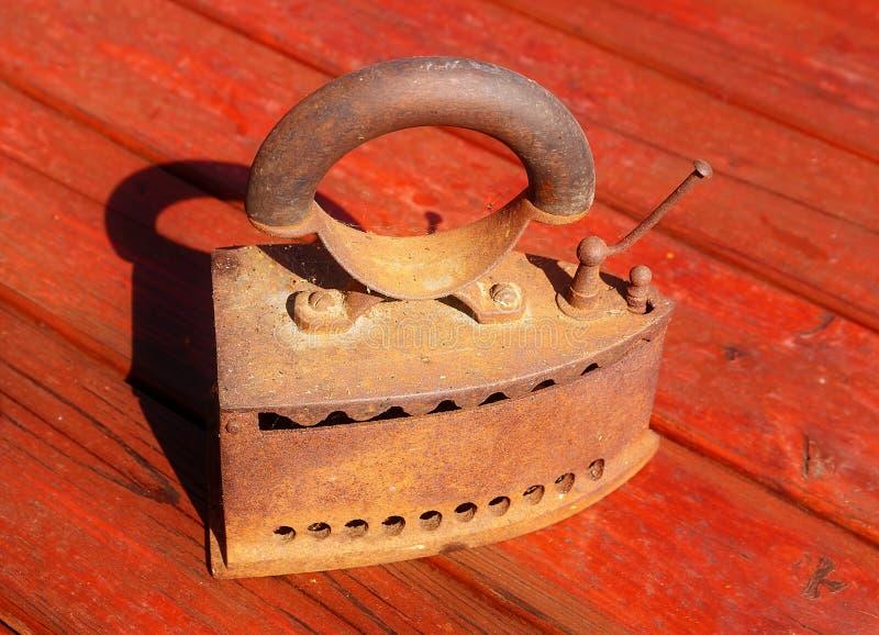 Ferro na madeira passando usando calor ardente de carvão tradicional, o estilo antigo borrou o fundo imagens de stock