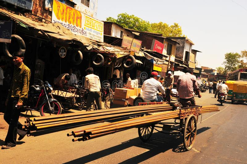 Ferro-transporte, continuado uma bicicleta através das ruas de Ahme imagens de stock