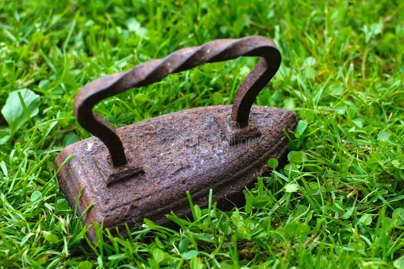 Ferro velho na grama verde imagens de stock royalty free