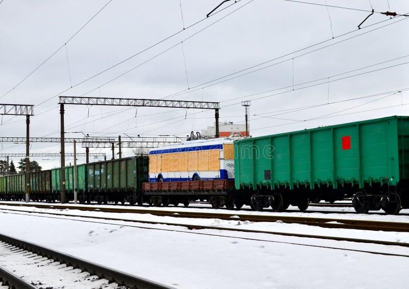 Ferrocarril, carros del tren de carga, autobús de carretilla en una plataforma ferroviaria Logística de la entrega del camión, imagen de archivo libre de regalías