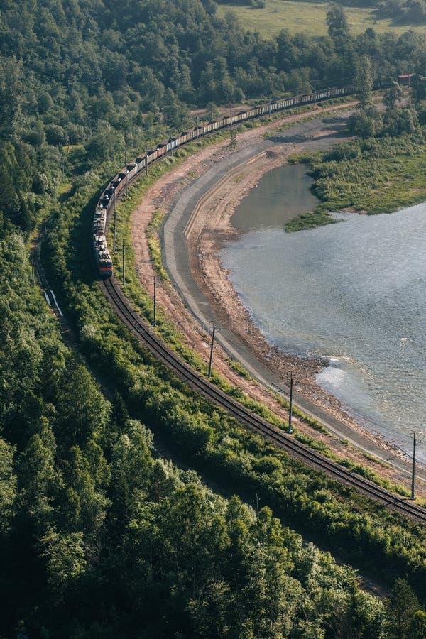 Ferrocarril cerca del r?o imágenes de archivo libres de regalías