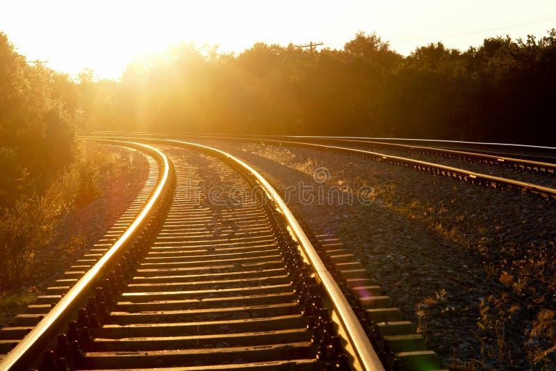 Ferrocarril curvado en puesta del sol fotografía de archivo libre de regalías