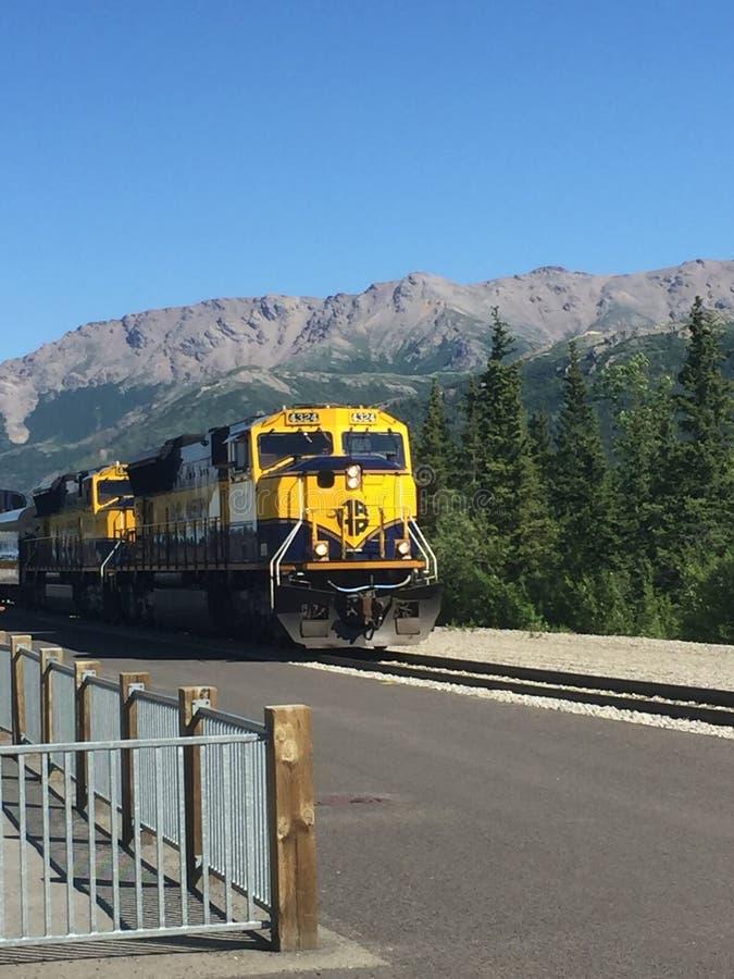 Ferrocarril de Alaska que llega en depósito de tren de Denali foto de archivo