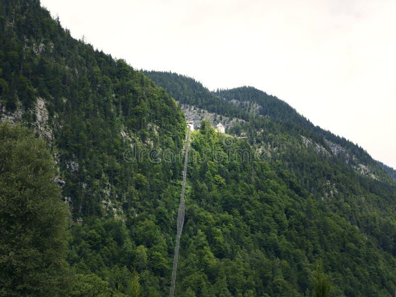Ferrocarril de diente a gran altitud, elevación del carril en Hallstatt Lago mountain, macizo alpino, barranco hermoso en Austria foto de archivo libre de regalías