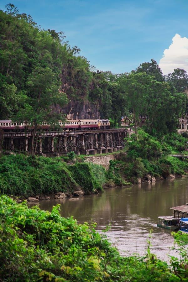 Ferrocarril de la muerte, sobre el Kwai Noi River en la cueva de Krasae, construida durante la Segunda Guerra Mundial, Kanchanabu imagen de archivo libre de regalías