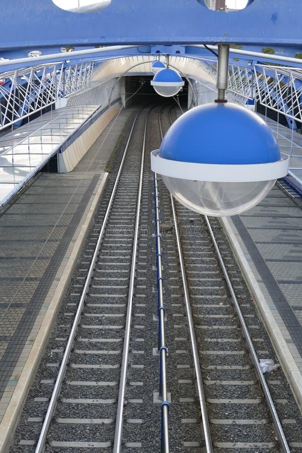 Ferrocarril de la tranvía con una lámpara redonda imagen de archivo libre de regalías