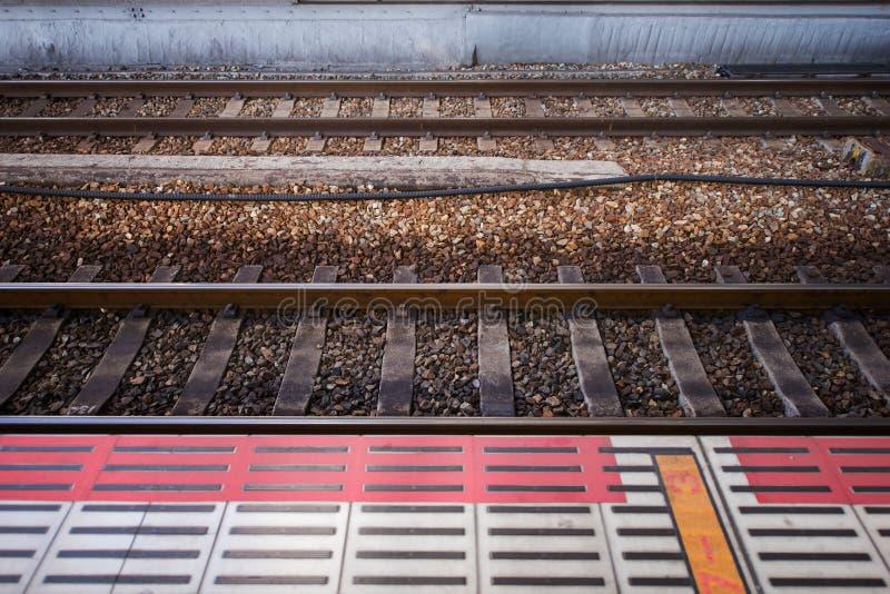 Ferrocarril de la vía del tren y trayectoria que espera imágenes de archivo libres de regalías