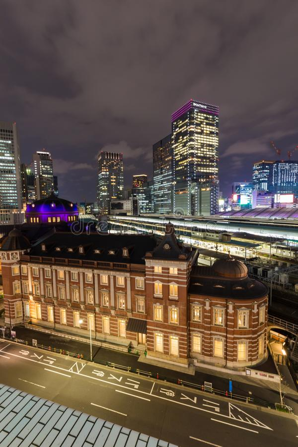 Ferrocarril de Tokio en la noche en el distri del negocio del marunouchi imagen de archivo