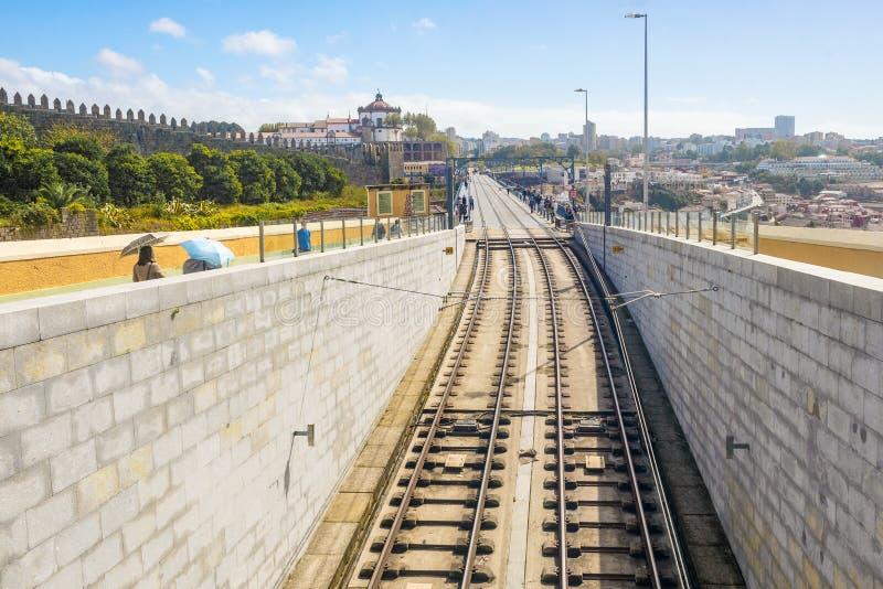 Ferrocarril del tren de la tranvía del subterráneo del metro de Oporto Oporto sobre el puente del río del Duero, calle vacía fotos de archivo libres de regalías