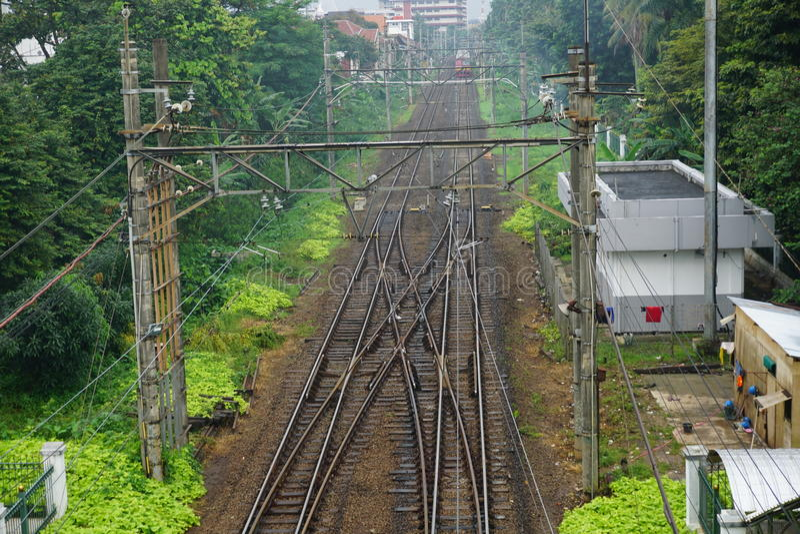 Ferrocarril después de la lluvia en el depok Indonesia foto de archivo libre de regalías