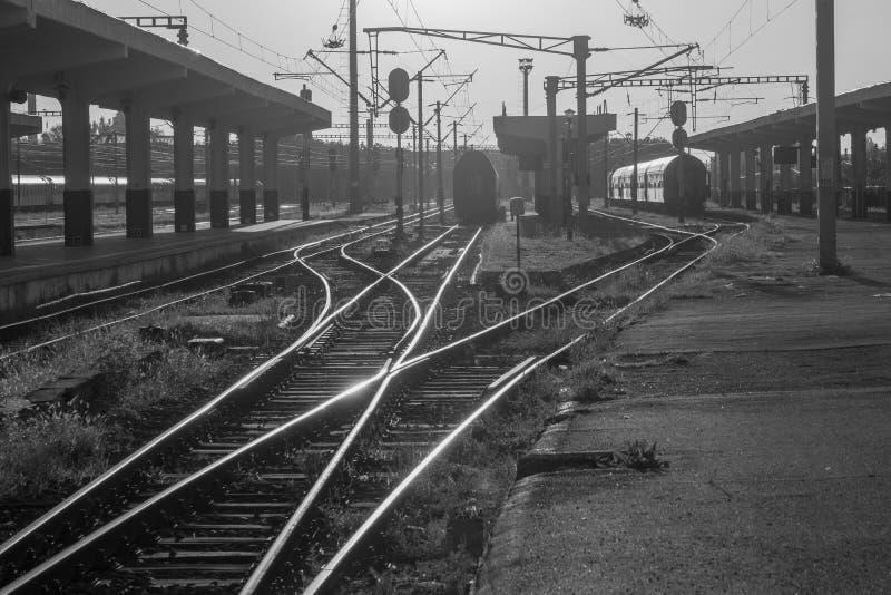 Ferrocarril en blanco y negro por la mañana en la salida del sol en Cluj-Napoca, Rumania fotos de archivo