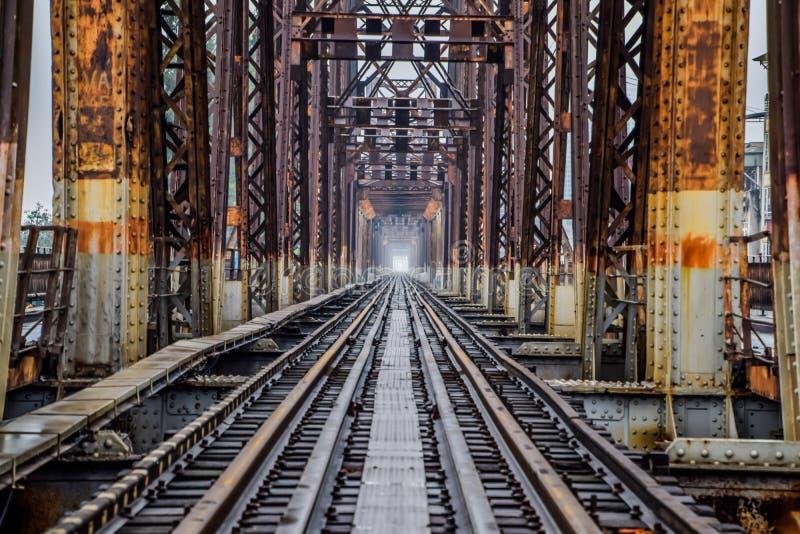 Ferrocarril en el puente largo de Bien en Hanoi, Vietnam, originalmente fue llamado Paul Doumer Bridge fotos de archivo