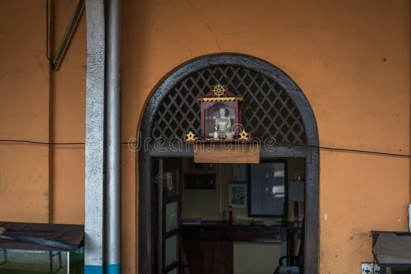 Ferrocarril en la ciudad de Hikkaduwa en Sri Lanka imágenes de archivo libres de regalías