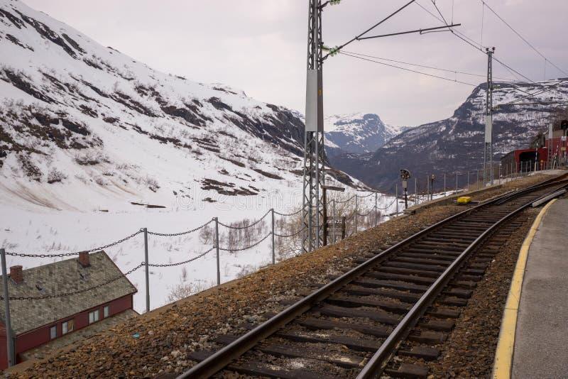 Ferrocarril en la estación de Myrdal al pueblo de Flam fotos de archivo