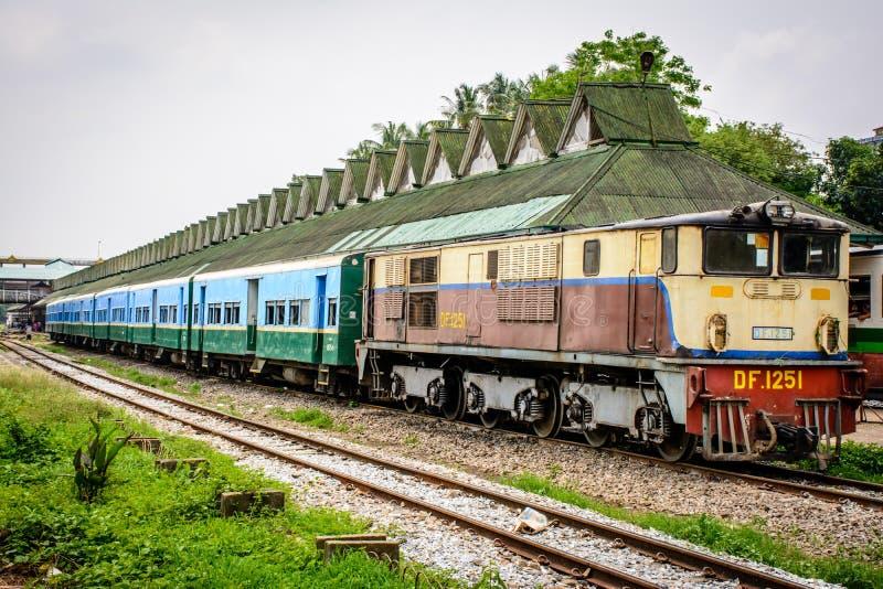 Ferrocarril en la estación, Rangún, Myanmar fotos de archivo libres de regalías