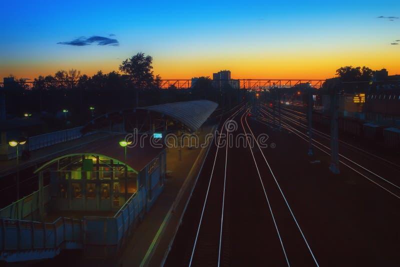 Ferrocarril en la noche imagenes de archivo