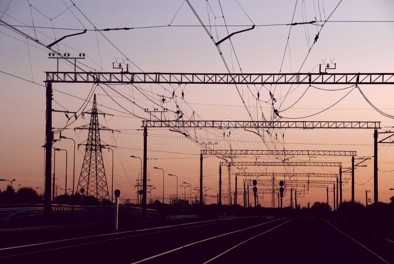 Ferrocarril en la puesta del sol fotografía de archivo