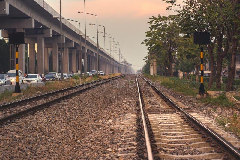 Ferrocarril en la puesta del sol foto de archivo