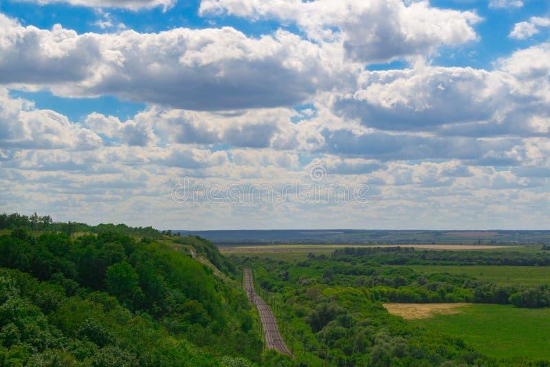 Ferrocarril en las colinas fotografía de archivo