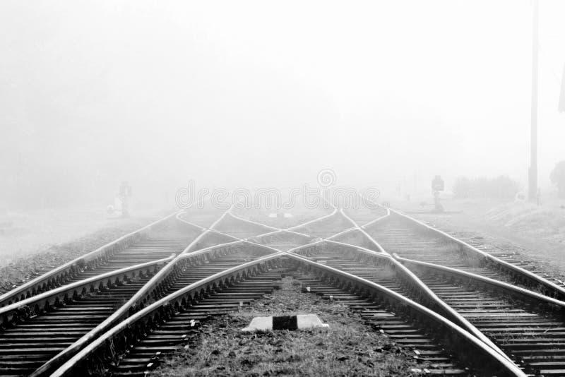 Ferrocarril en niebla imagen de archivo