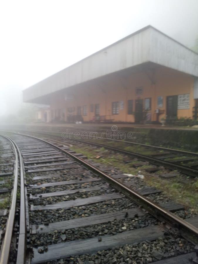Ferrocarril en un día lluvioso imagen de archivo