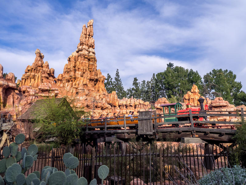 Ferrocarril grande de la montaña del trueno en el parque de Disneyland fotografía de archivo