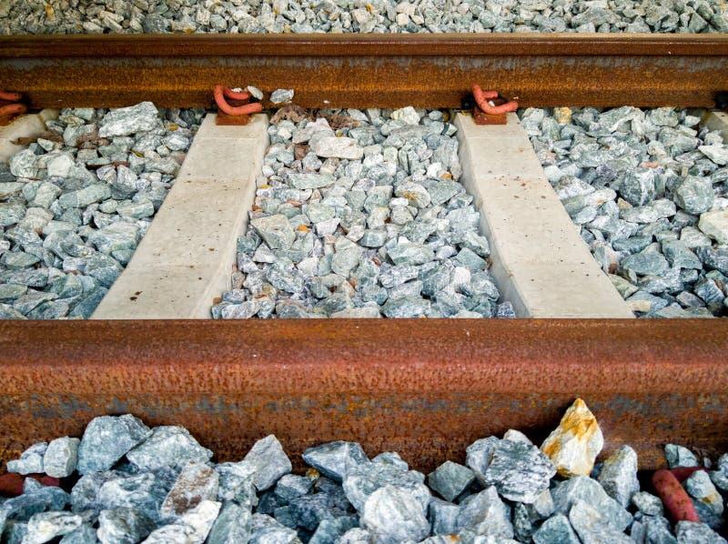 Ferrocarril inactivo oxidado con los durmientes y la fundación concretos de las rocas fotografía de archivo libre de regalías