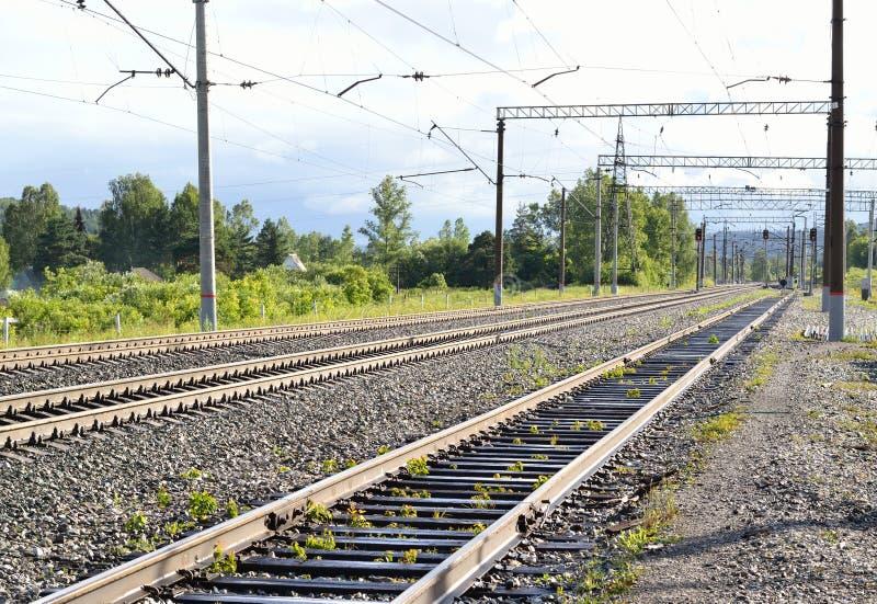 Ferrocarril lejos de la ciudad foto de archivo libre de regalías