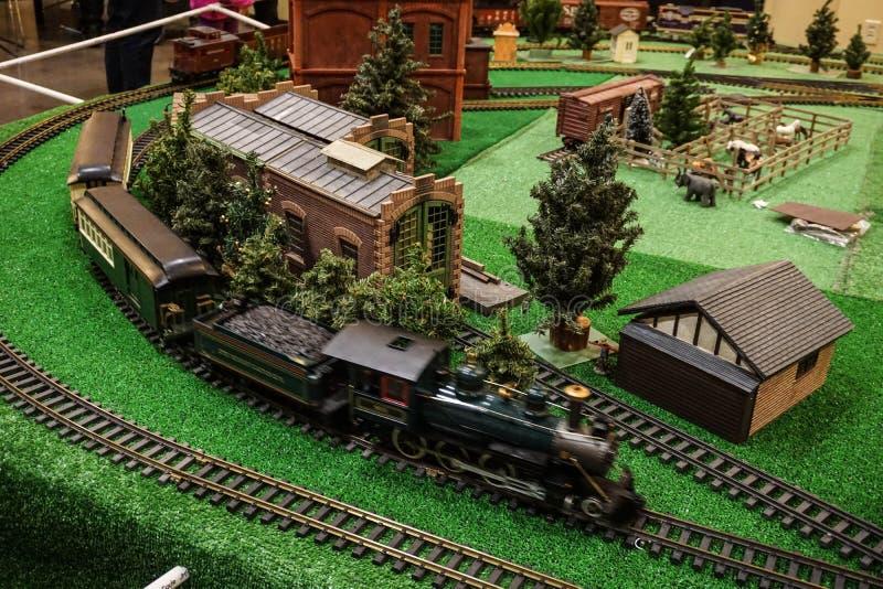 Ferrocarril modelo cobrable en pista foto de archivo libre de regalías