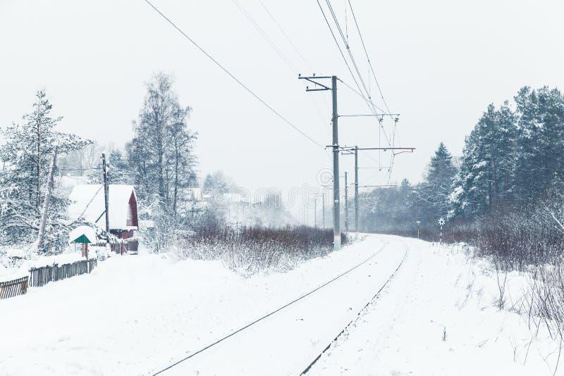 Ferrocarril rural vacío, campo ruso fotografía de archivo