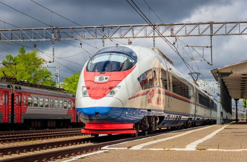 Ferrocarril ruso del halcón de peregrino del tren de alta velocidad del halcón de peregrino del tren Rusia Leningrad región Lyuba foto de archivo libre de regalías