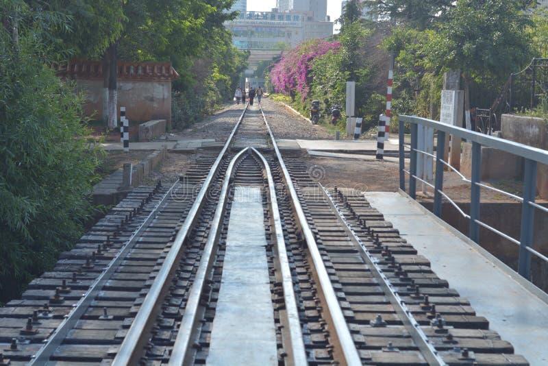 Ferrocarril a través de la ciudad fotografía de archivo libre de regalías