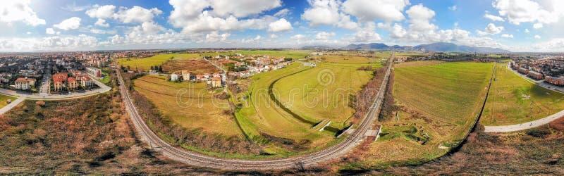 Ferrocarril a través del campo hermoso, visión panorámica fotografía de archivo libre de regalías