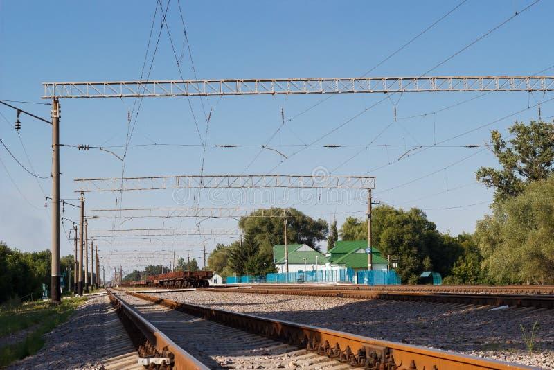 Ferrocarril y carros de la primavera del verano Paisaje ferroviario con perspectiva y las líneas foto de archivo